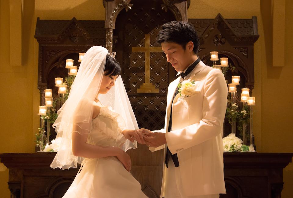 アンジェラが提案する結婚式は、挙式と写真だけのシンプルなもの。大げさなことはしたくないという2人におすすめ。ただし、音楽は生演奏でこだわりをもった式を演出。ウエディングプランナーがアットホームで、思い出に残るウエディングをプロデュースいたします<br /> <br /> We propose simple wedding, those just a photo and ceremony, not so gorgeous but we make the couple's dream come true. You can experience high quality ceremony with live music in the chapel. Our professional wedding planner will produce a warm-hearted and memorable wedding.<br />